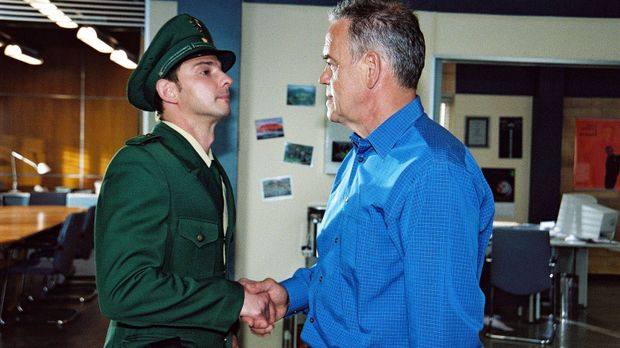 Tom (Steven Merting, l.) lässt sich zum Polizeiobermeister degradieren und in...
