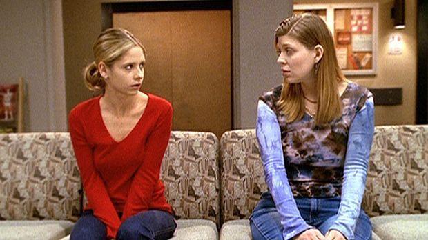 Tara (Amber Benson, r.) versucht, Buffy (Sarah Michelle Gellar, l. zu trösten...