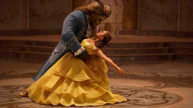 Belle (Emma Watson) in den Armen des Monsters