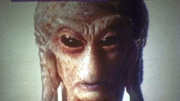 Eines der außerirdischen Wesen versucht, der Menschheit eine Botschaft zu übe...