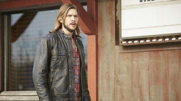 Clay (Greyston Holt) und Elena erkennen, dass sie nur überleben werden, wenn...