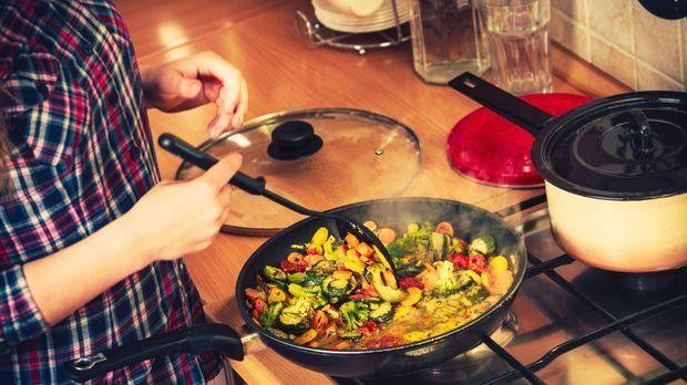 Wer eine beschichtete Pfanne zum Kochen nimmt, spart Kalorien, denn hier bren...