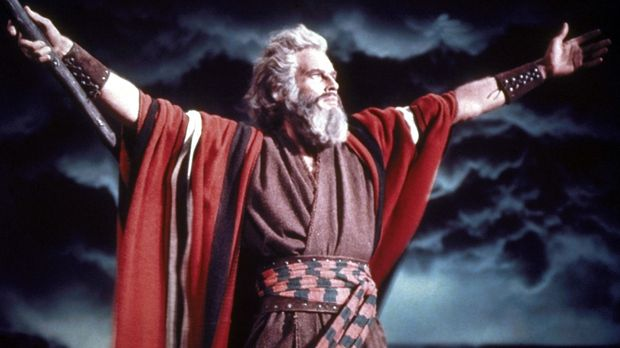 Die Zehn Gebote - Moses (Charlton Heston) teilt die Meere ... © Paramount Pic...