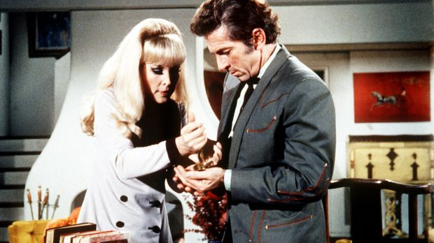 Jeannie (Barbara Eden, l.) lässt sich von Tonys schlitzohrigem Vetter Arvel (...