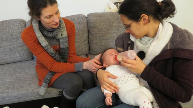 Mütter am Limit: Familienhebamme Julia Pagels (l.) steht der 19-jährigen Mile...