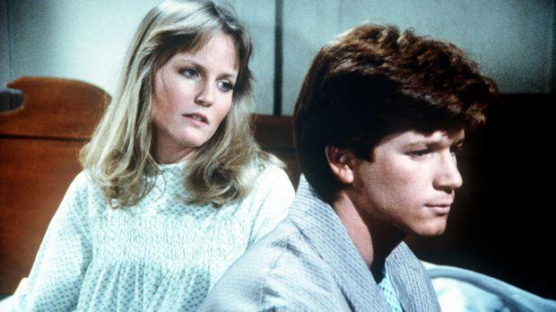 Ben (Eric Scott, r.) spricht mit Cindy (Leslie Winston, l.) darüber, dass er...