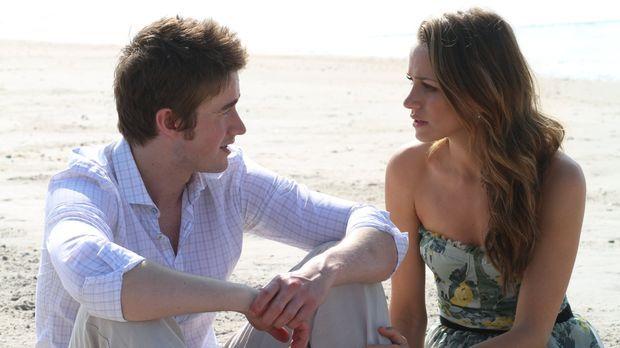Während Clay (Robert Buckley, l.) und Quinn (Shantel VanSanten, r.) um ihr Le...