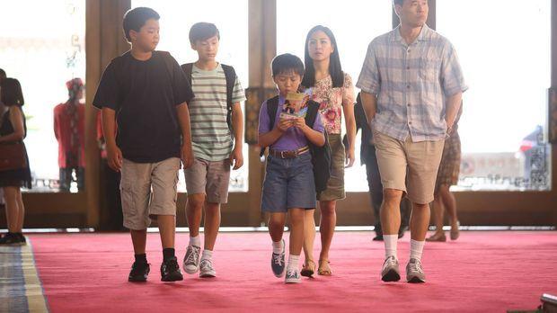 Die Huangs, Louis (Randall Park, r.), Jessica (Constance Wu, 3.v.r.), Eddie (...