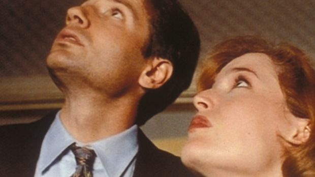 Mulder (David Duchovny, l.) und Scully (Gillian Anderson, r.) entdecken im Ha...