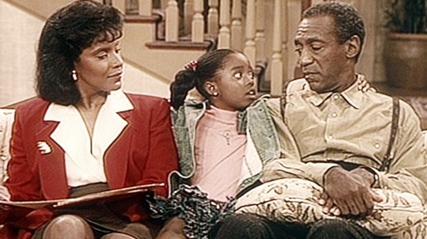 Geschickt versucht Rudy (Keshia Knight Pulliam, M.), Cliff (Bill Cosby, r.) u...