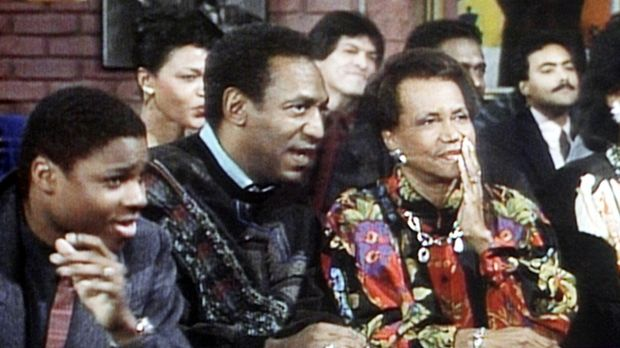Theo (Malcolm-Jamal Warner, l.) wartet mit Cliff (Bill Cosby, 2.v.l.) und Gro...
