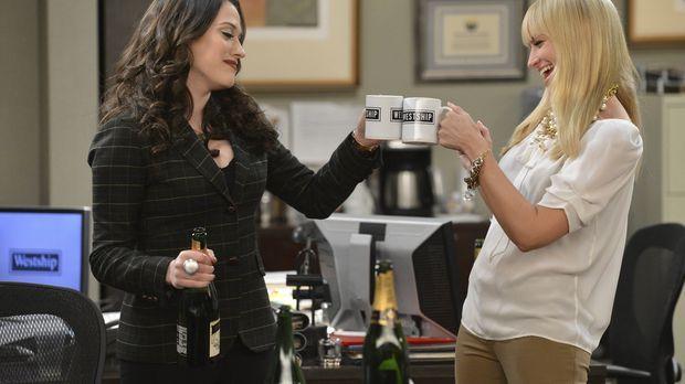 Als Caroline (Beth Behrs, r.) und Max (Kat Dennings, l.) ihren neuen Job begi...