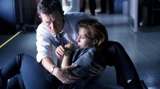 Als Scully (Gillian Anderson, r.) verwundet zu Boden stürzt, eilt Special Age...