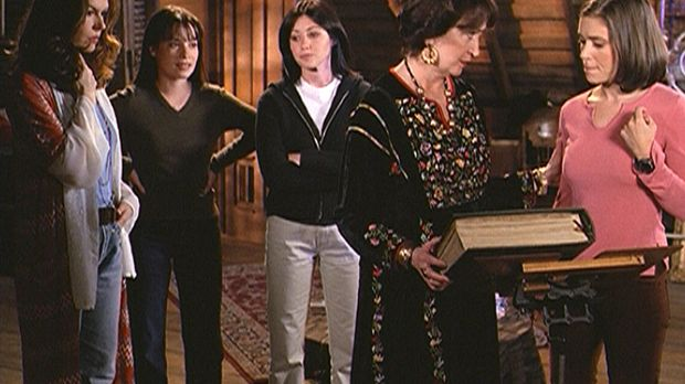 Phoebe (Alyssa Milano, r.), Prue (Shannen Doherty, M.) und Piper (Holly Marie...