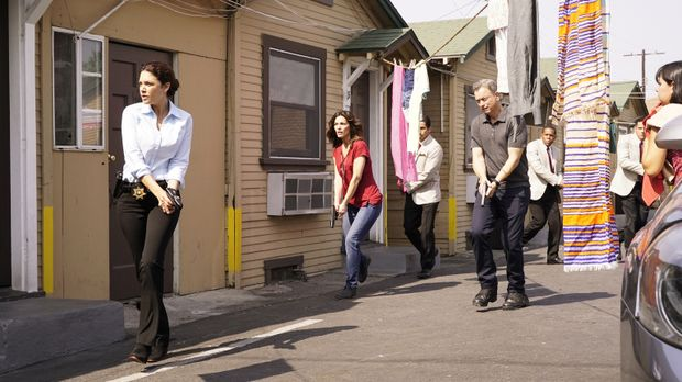 Clara (Alana De La Garza, 2.v.l.), Jack (Gary Sinise, 2.v.r.) und ihr Team we...