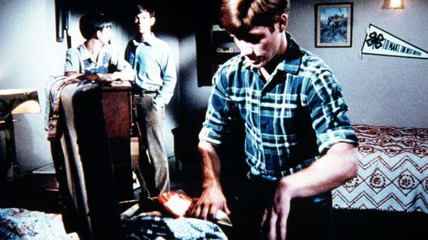 Traurig sehen Jim-Bob (David W. Harper, hinten l.) und Jason (Jon Walmsley, h...