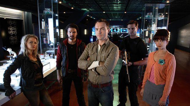 Wenn die Vergangenheit zurückkommt sind Captain Becker (Ben Mansfield, 2.v.r....