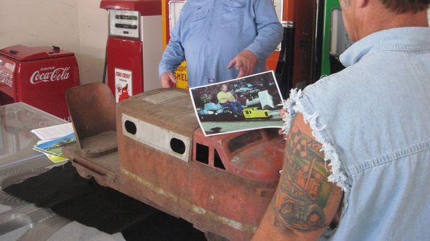 Rick Dale (r.) entdeckt in einem Haufen von verrostetem Kram eine alte Spielz...