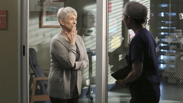 Christina (Sandra Oh, r.) entdeckt bei Nancys (Jennifer Bassey, l.) Sohn ein...