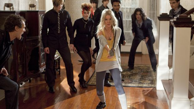 Zeigt den Zombies, wo der Hammer hängt: Elizabeth (Anita Briem, M.) ... © Kin...