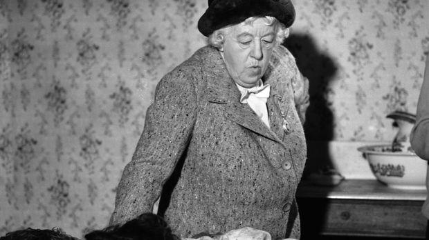 Miss Marple (Margaret Rutherford) wird als Schöffin bei einer Gerichtsverhand...