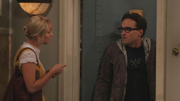 Penny (Kaley Cuoco, l.) bittet Leonard (Johnny Galecki, r.) und Sheldon um Hi...