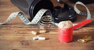 Diät-Tabletten und Eiweiß-Pulver, das zu einem Drink verrührt wird, sind die...