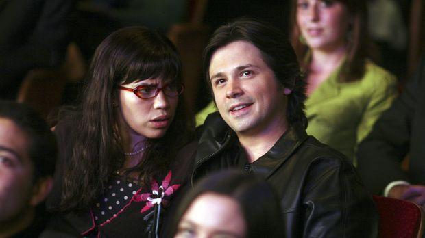 Um Henry eifersüchtig zu machen, gibt Betty (America Ferrera, l.) Gio (Freddy...