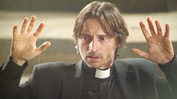 Versehentlich wird der Alkoholiker, Pater Joseph MacAvoy (Robert Carlyle), be...