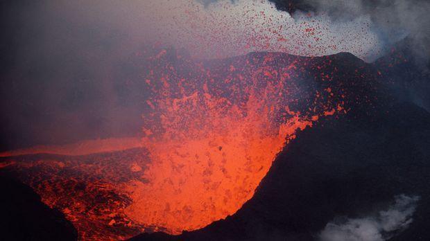 1965: Rote Lava erbricht sich noch immer von der in einer Ausbruchsserie im N...