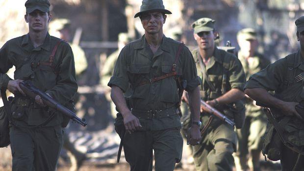 Colonel Mucci (Benjamin Bratt, M.) macht sich auf den Weg auf die Philippinen...
