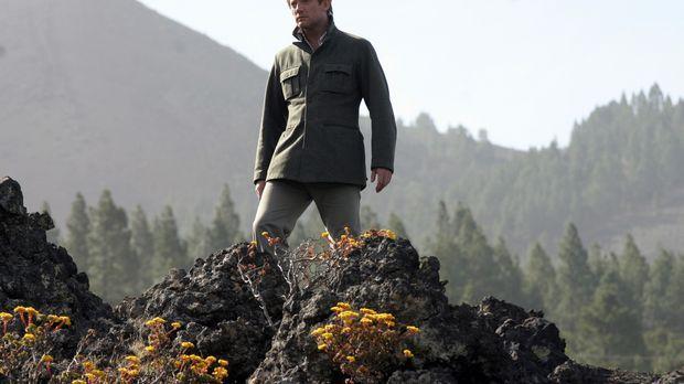 Evolutionärbiologe Prof. Cutter (Douglas Henshall) entdeckt in einem Wald die...