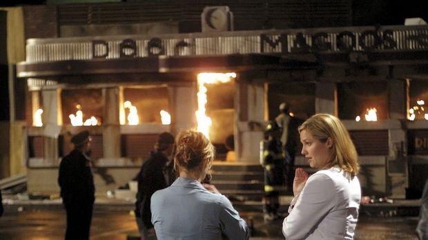 Fassungslos betrachten Abby Lockhart (Maura Tierney, l.) und Dr. Susan Lewis...