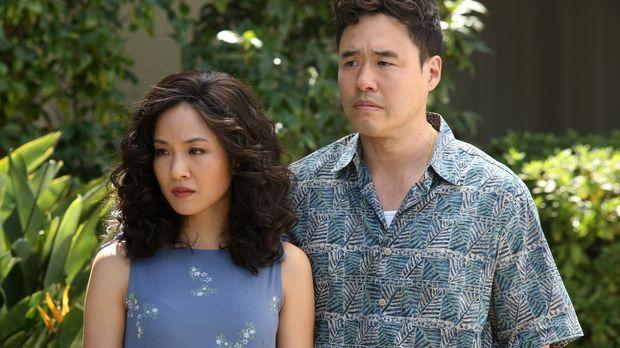 Jessicas (Constance Wu, l.) Familie hat ihren Besuch angekündigt. Louis (Rand...