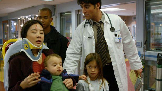 Nach einem Autounfall wird Staci (Constance Hsu, l.) mit ihren beiden Kindern...