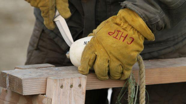 Chip Hailstone bereitet sein Netz zum Eisfischen in Norrik Alaska vor. © BBC
