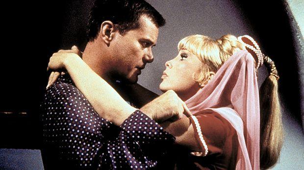Jeannie (Barbara Eden, r.) und Tony (Larry Hagman, l.) halten sich ausgerechn...