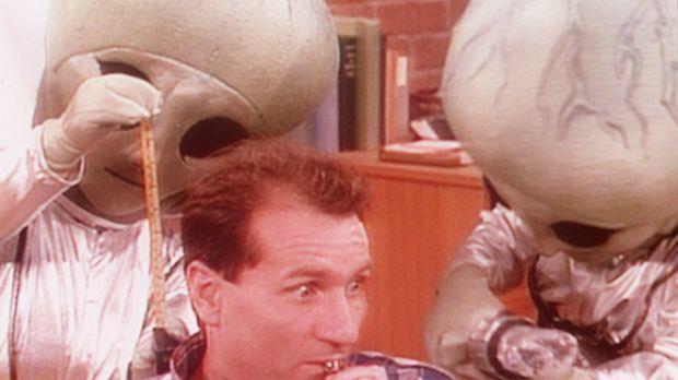 Al (Ed O'Neill) hat unerwarteten Besuch von Außerirdischen. © Sony Pictures T...