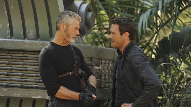 Zusammen mit Jim (Jason O`Mara, r.) sucht Commander Taylor (Stephen Lang, l.)...