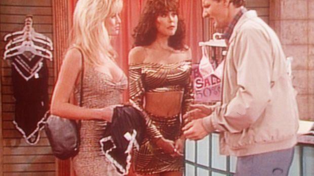 Al (Ed O'Neill, r.) versucht anhand der gut gebauten Frauen im Unterwäschelad...
