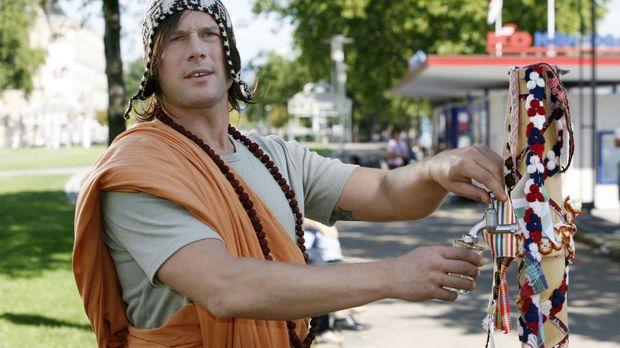Der Mönch (Hanno Friedrich) hat echt tibetanisches Tempelwasser im Angebot .....