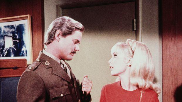 Tony (Larry Hagman, l.) verwandelt sich in einen englischen Offizier, um Jean...