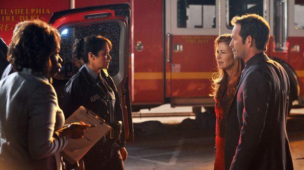 Von den Ermittlern vor Ort versuchen Megan (Dana Delany, 2.v.r.) und Charlie...