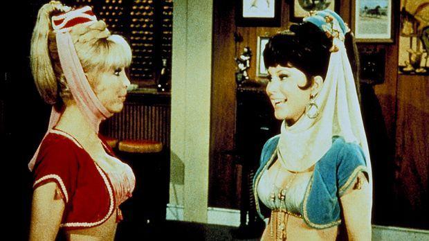 Jeannie (Barbara Eden in Doppelrolle) glaubt ihrer bösen Schwester, dass der...