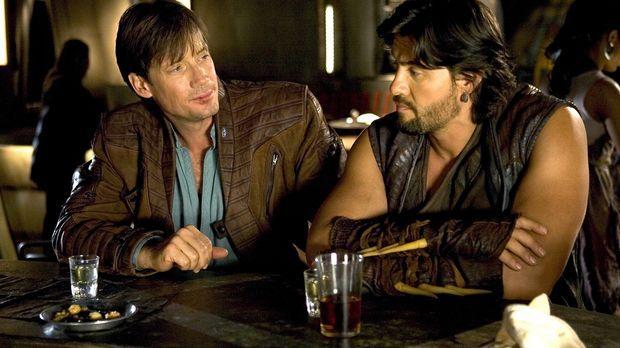 Auf Sefra-1 trifft Dylan (Kevin Sorbo, l.) auf Rhade (Steve Bacic, r.), doch...