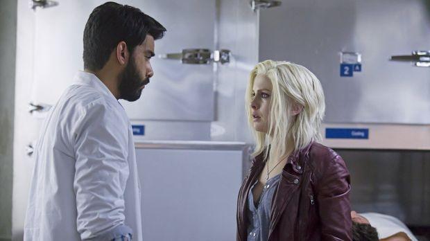 Ravi (Rahul Kohli, l.) trifft eine taktische Entscheidung, die Liv (Rose McIv...