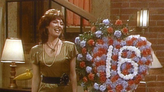Gut gelaunt begeht Peggy (Katey Sagal) ihren sechzehnten Hochzeitstag. © Colu...
