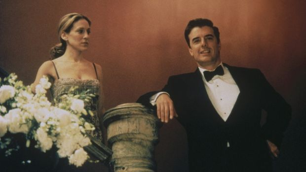 Als Carrie (Sarah Jessica Parker, l.) während der Oper Big (Chris Noth, r.) e...