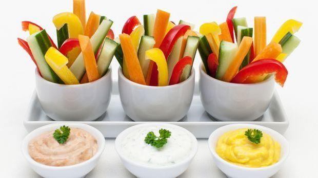Leicht und lecker: Gemüsesticks mit verschiedenen Dips: Paprika-, Joghurt- un...