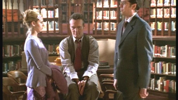Buffy (Sarah Michelle Gellar, l.) und Giles (Anthony Stewart Head, M.) müssen...